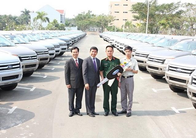 Dai_dien_Ford_Viet_Nam_va_dai_dien_Viettel_khu_vuc_phia_Nam_ben_lo_xe_vua_ban_giao